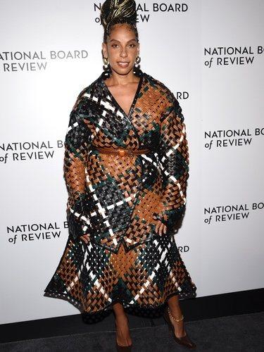 Melina Matsoukas con abrigo y falda midi en los Review Awards 2020