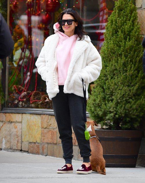 Hilaria Baldwin con abrigo blanco de borrego en Nueva York