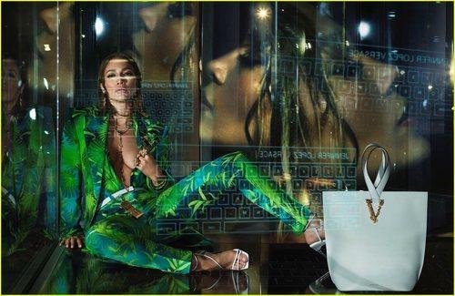Jennifer Lopez usando las piezas selváticas de la colección primavera/verano 2020 de Versace