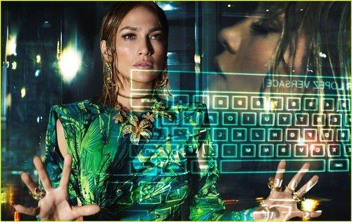 Jennifer Lopez luce un mono de estampado selvático de la colección primavera/verano 2020 de Versace