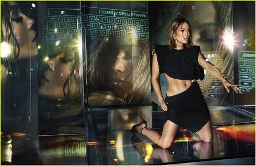 Jennifer Lopez luce vestido negro satinado de la colección primavera/verano 2020 de Versace