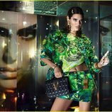 Kendall Jenner luce un diseño de estampado selvático de la colección primavera/verano 2020 de Versace