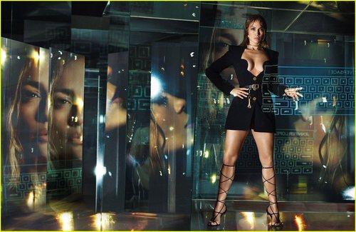 Jennifer Lopez luce un mono corto negro de la colección primavera/verano 2020 de Versace
