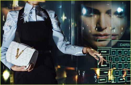 Kendall Jenner luce camisa diplomática con vestido negro y bolso de la colección primavera/verano 2020 de Versace