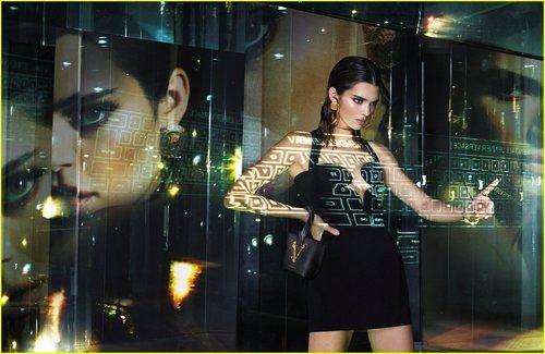 Kendall Jenner luce un vestido corto negro de la colección primavera/verano 2020 de Versace