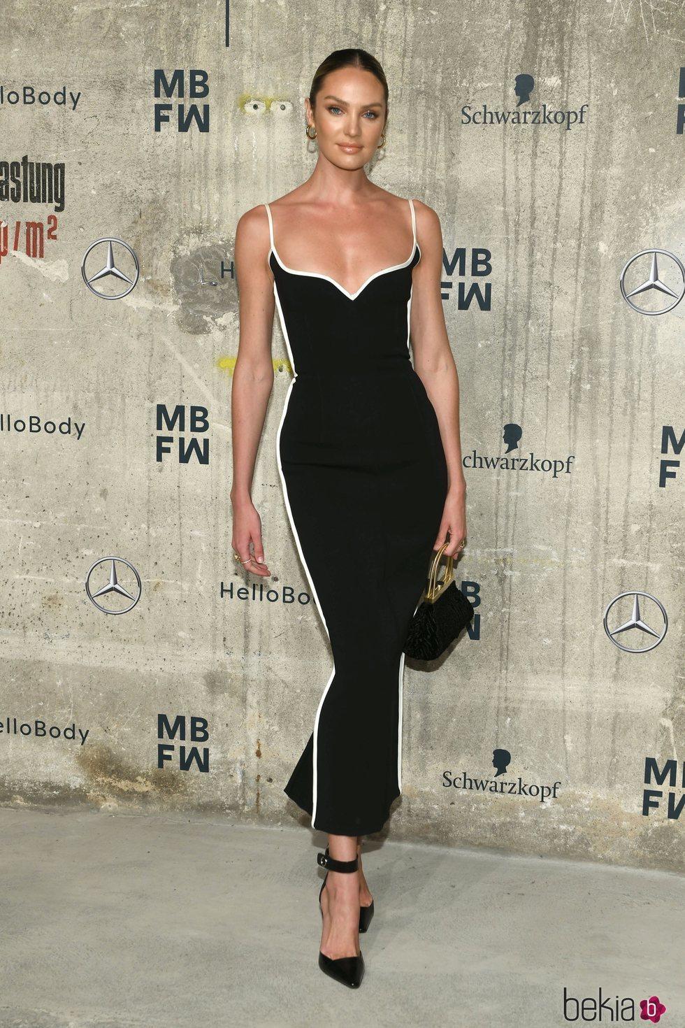 Candice Swanepoel luce vestido de corte maxi ajustado en la Fashion Week de Berlín 2020
