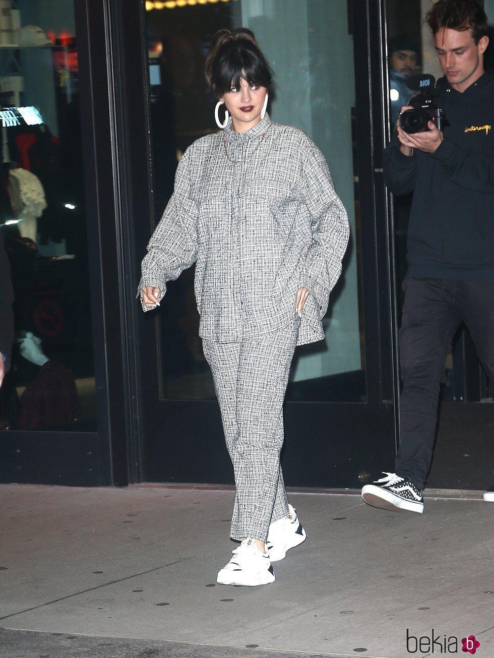 Selena Gomez con un look oversize de un solo color durante un paseo por Nueva York