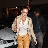 Bella Hadid con pantalones amarillos estampado de serpiente y chaqueta estilo 2000 en París
