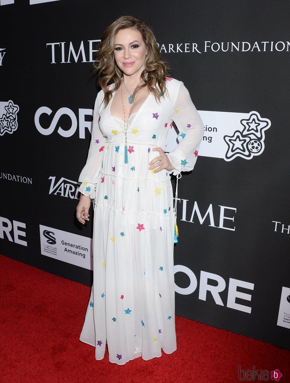 Alyssa Milano con vestido blanco y estampado de estrellas en la Gala Benéfica Core 2020