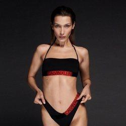 Bikini rojo y negro de la colección de baño 2020 de Calvin Klein