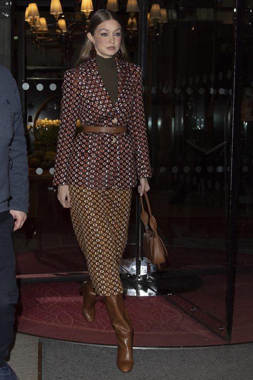 Gigi Hadid lapuesta por un total look marrón de estampado en París 2020