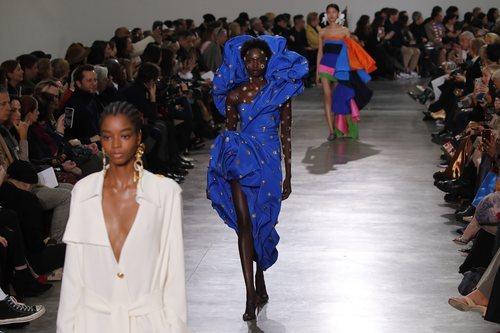 Vestido azul klein con incrustaciones de abalorios durante el defile Alta Costura primavera/verano 2020 de Schiaparelli