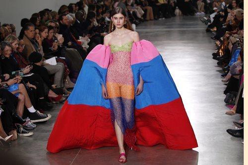 Vestido traslucido con mangas globo a modo capa durante el defile Alta Costura primavera/verano 2020 de Schiaparelli