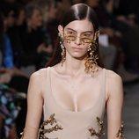 Gafas y pendientes surrealistas durante el defile Alta Costura primavera/verano 2020 de Schiaparelli