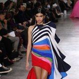 Vestido volumétrico, asimétrico y multicolor durante el defile Alta Costura primavera/verano 2020 de Schiaparelli