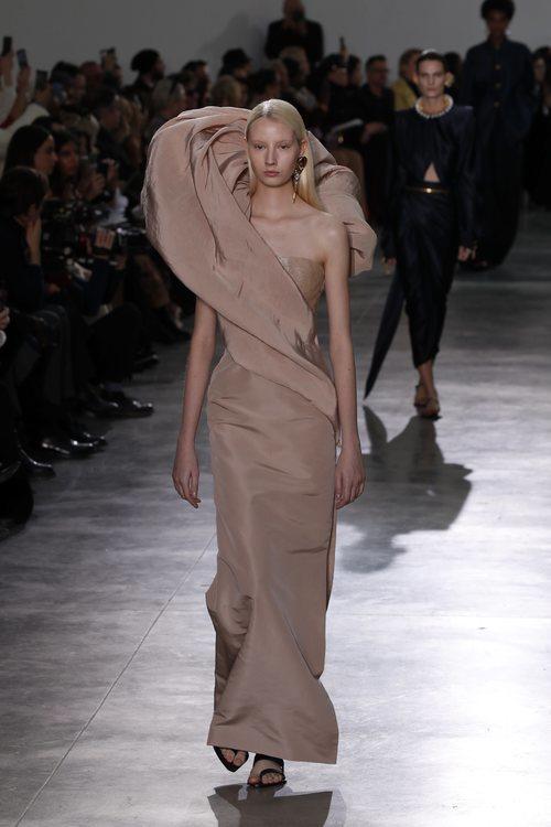 Vestido asimétrico en color nude durante el defile Alta Costura primavera/verano 2020 de Schiaparelli