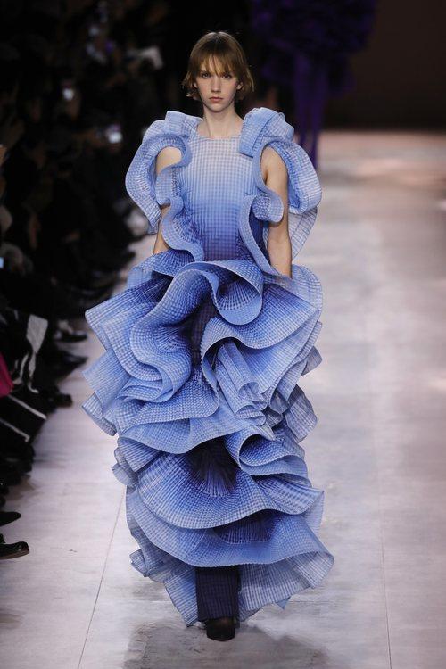 Vestido con volantes de la colección primavera/ verano 2020 de Alta Costura de Armani