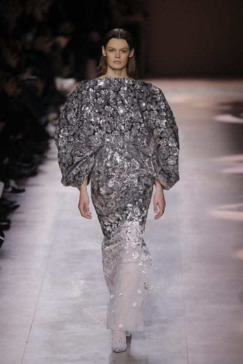 Vestido de pedrería de la colección primavera/ verano 2020 de Alta Costura de Armani