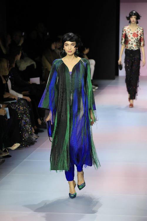 Vestido largo de flecos de la colección primavera/ verano 2020 de Alta Costura de Armani