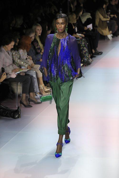 Conjunto de pantalón y blusa de la colección primavera/ verano 2020 de Alta Costura de Armani