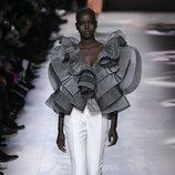 Pantalón y blusa del desfile de Alta Costura 2020 de Givenchy