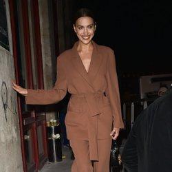 Irina Shayk deslumbrante con su total look brown