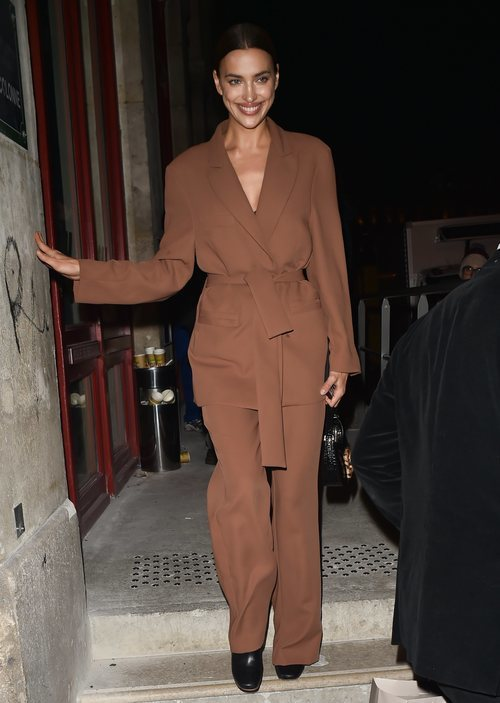 Irina Shayk deslumbrante con su total look brown