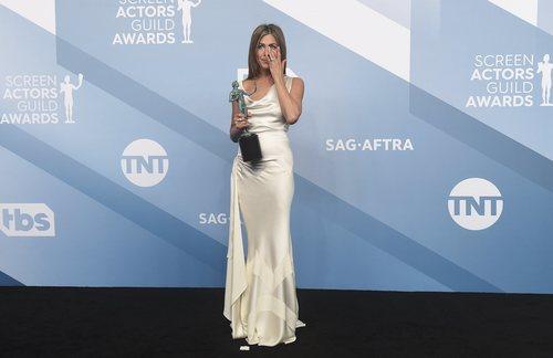 Jennifer Aniston luce un vestido satinado