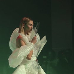 Karlie Kloss con un vestido de plástico en el desfile Alta Costura primavera/verano 2020 de Jean Paul Gaultier