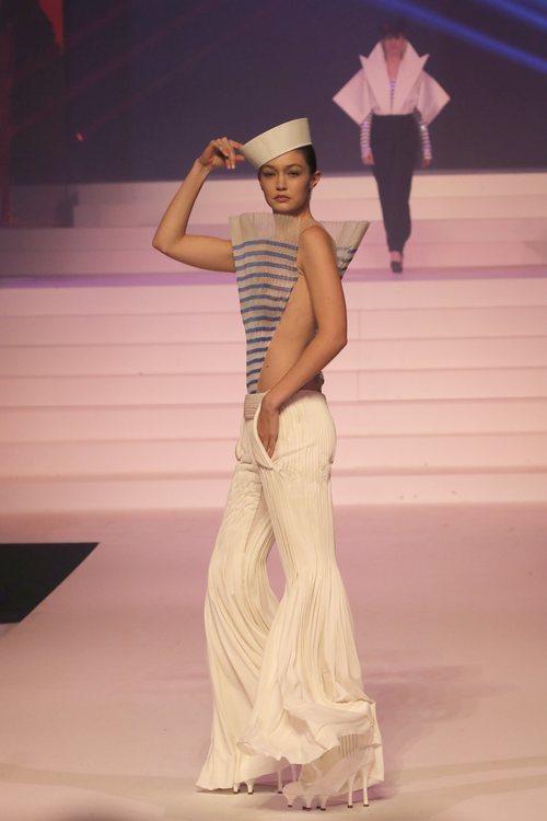 Gigi Hadid con un mítico look marinero de Jean Paul Gaultier con una colección Alta Costura primavera/verano 2020