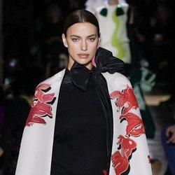 Vestido y capa de la colección primavera/ verano 2020 de Alta Costura de Valentino