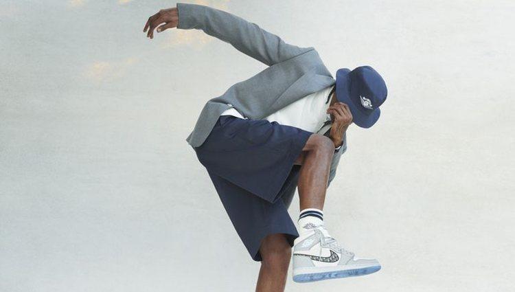 Travis Scott con gorro, americana, polo, pantalón y zapatilla de la colección 'Air Dior' de Jordan Brand x Dior