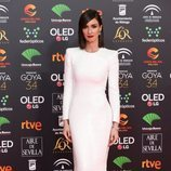 Paz Vega con un vestido blanco entallado en los Goya 2020