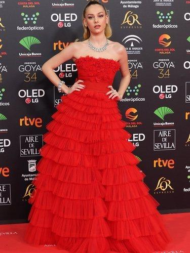 Ester Expósito con un vestido vaporoso rojo en los Goya 2020