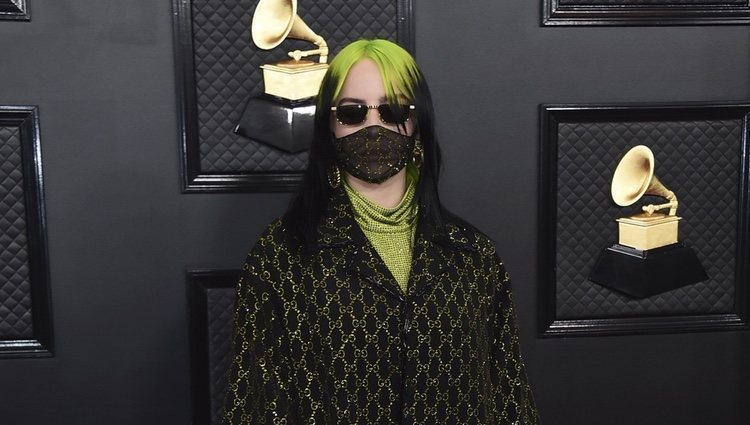 Billie Eilish con un look de Gucci en los Grammy 2020