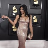 Nina Alu con un vestido rosa de lentejuelas en los Grammy 2020