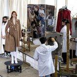 Modelo con abrigo de paño en el desfile otoño/invierno 2020-2021 de Moisés Nieto
