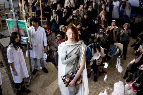 Modelo con vestido túnica en el desfile otoño/invierno 2020-2021 de Moisés Nieto