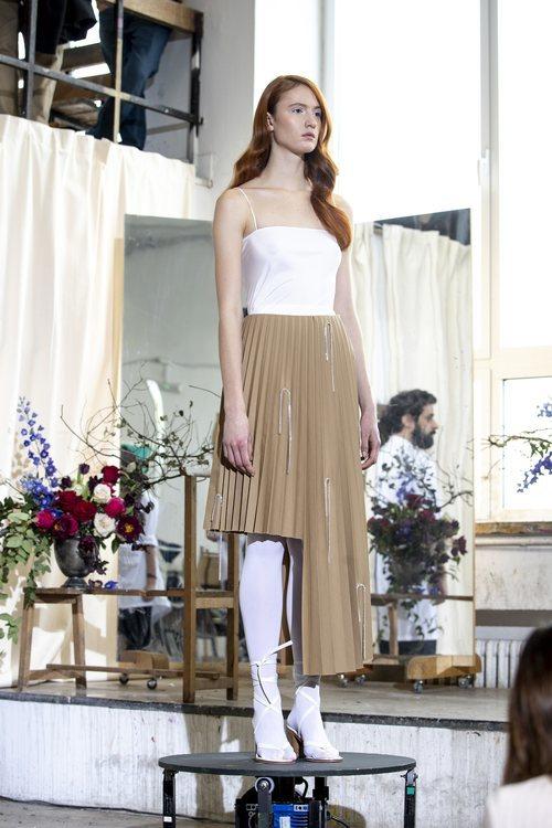 Modelo con vestido camisón blanco con falda de tablas asimétrica el desfile otoño/invierno 2020-2021 de Moisés Nieto