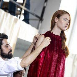 Moisés Nieto colocando un vestido recto de terciopelo granate en el defile otoño/invierno 2020-2021