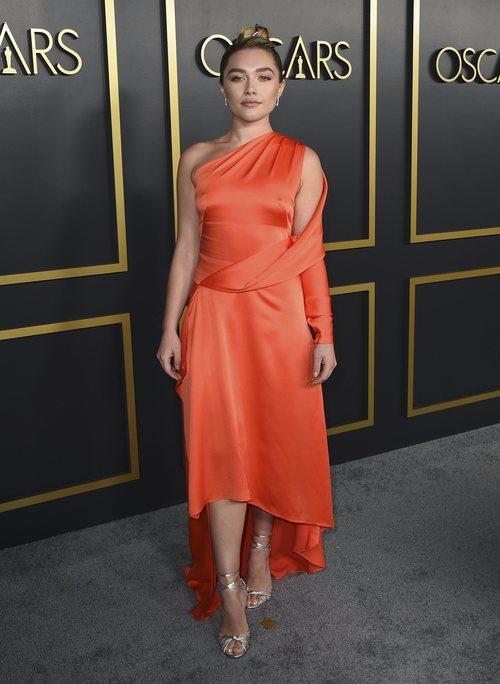 Florence Pugh con vestido naranja de satén durante el almuerzo con los nominados a los Premios Oscar 2020 en Los Ángeles