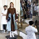 Sobrefalda abierta sobre vestido marrón en el desfile otoño/invierno 2020-2021 de Moisés Nieto