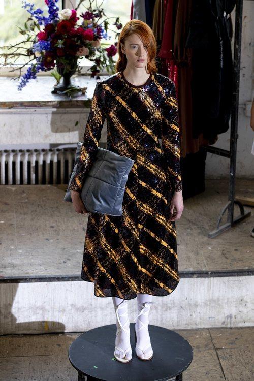 Vestido de lentejuelas en el desfile otoño/invierno 2020-2021 de Moisés Nieto