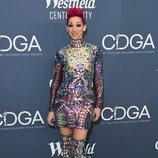 Amy Goodheart con un outfit recargado en los Premios de Diseñadores de Vestuario 2020 en Los Ángeles