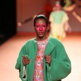 Vestido con estampado de corazones y abrigo peluche verde en el desfile otoño/invierno 2020-2021 de Ágatha Ruiz de la Prada