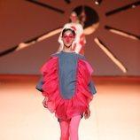 Mini vestido vaquero con volante rosa en el desfile otoño/invierno 2020-2021 de Ágatha Ruiz de la Prada