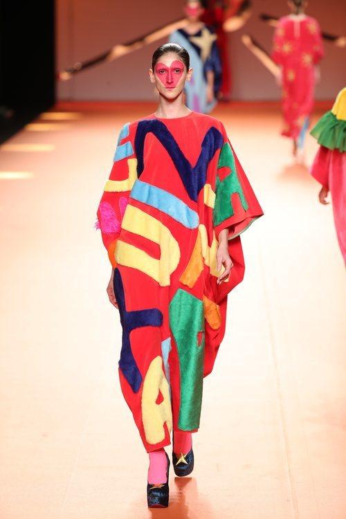 Mono estilo túnica con serigrafía en el desfile otoño/invierno 2020-2021 de Ágatha Ruiz de la Prada