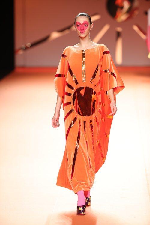 Vestido túnica naranja con estampado de sol en el desfile otoño/invierno 2020-2021 de Ágatha Ruiz de la Prada