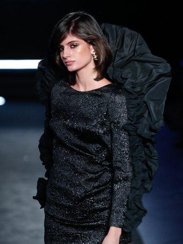 Little Black Dress con detalle de volante en el desfile otoño/invierno 2020-2021 de Pedro del Hierro
