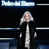 Vestido satinado en tonos tierra con abrigo estilo capa en el desfile otoño/invierno 2020-2021 de Pedro del Hierro